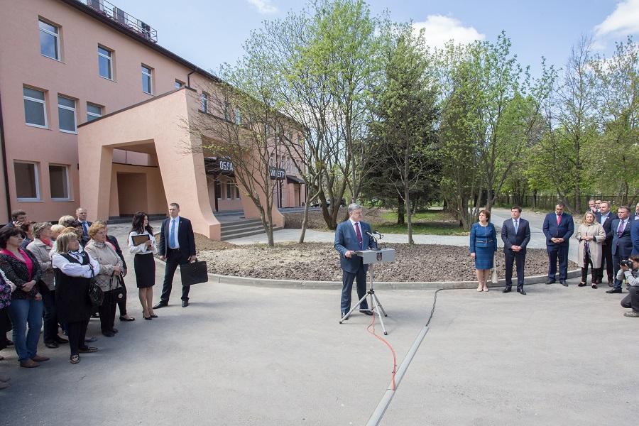 Довгоочікуваний перинатальний центр у Львові відкривав Порошенко