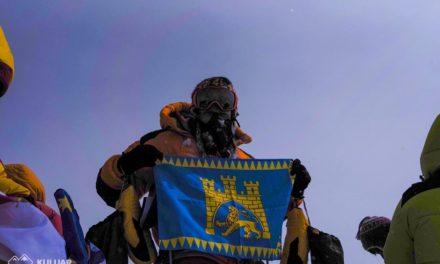 Фото дня: на вершині Евересту замайорів прапор Львова