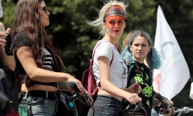 Стильні 90-ті: у Львові влаштували жіночий велопарад (фоторепортаж)