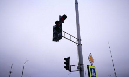 Мешканці вимагають демонтувати світлофори на перехресті Угорської та Червоної Калини