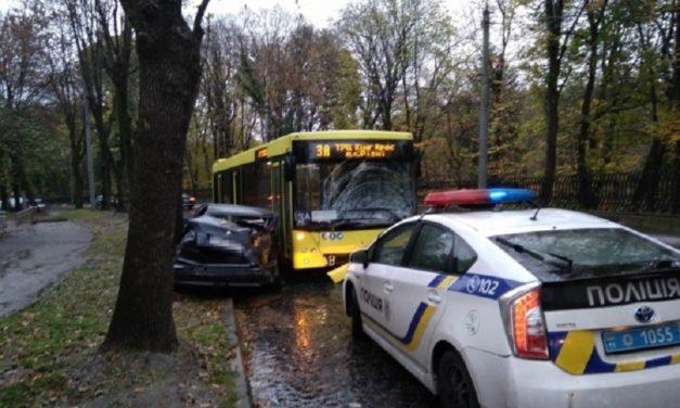 У Львові розшукують водія, який в'їхав в автобус 3а і втік
