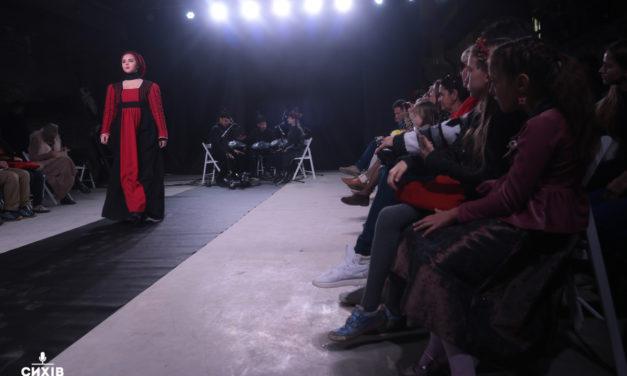 З крилами та народними піснями: як у Львові пройшов показ театральних костюмів (фоторепортаж)