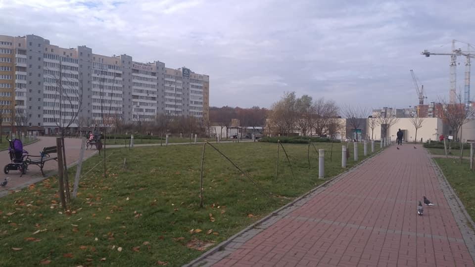 У парку Івана Павла ІІ вандали понищили хресну дорогу та сакури