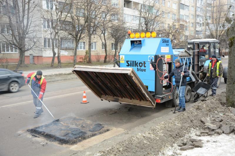 Ями на дорогах Сихівського району ліквідовують за допомогою нової техніки