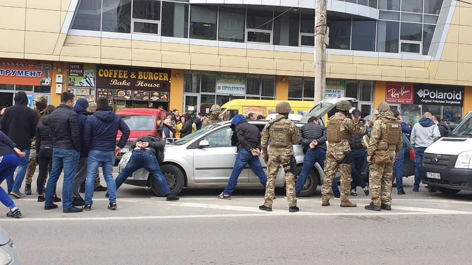 Біля ТЦ «Іскра» на Сихові поліція проводить оперативні дії (фото)