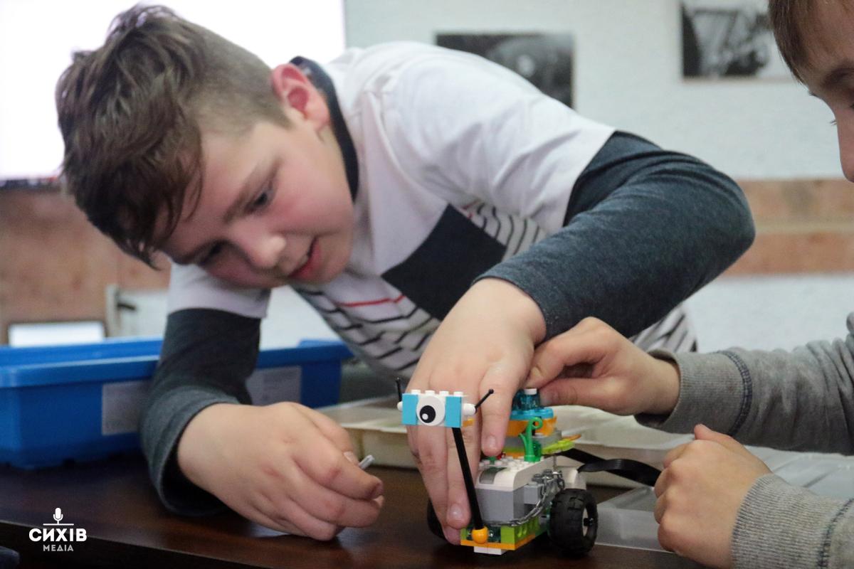 """Майстер клас """"Створи і оживи робота із Lego"""", центр Довженка, Сихів, 10 квітня 2019"""