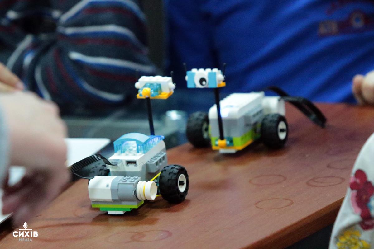 Як школярі у Центрі Довженка роботів збирали (фоторепортаж)