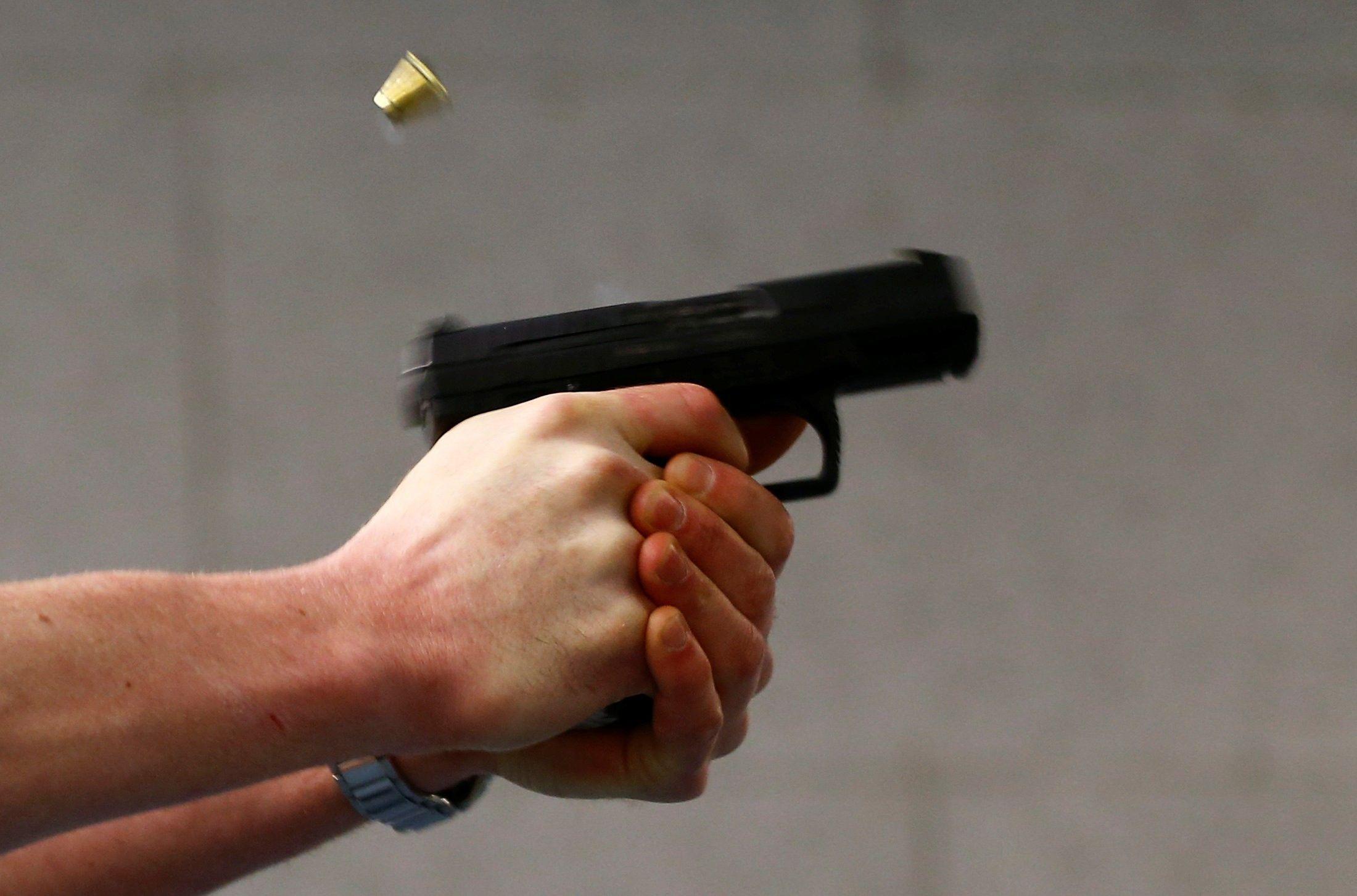 На Сихові чоловік стріляв з балкона будинку