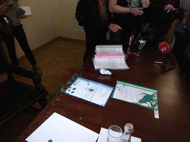 Активісти облили львівських чиновників фарбою