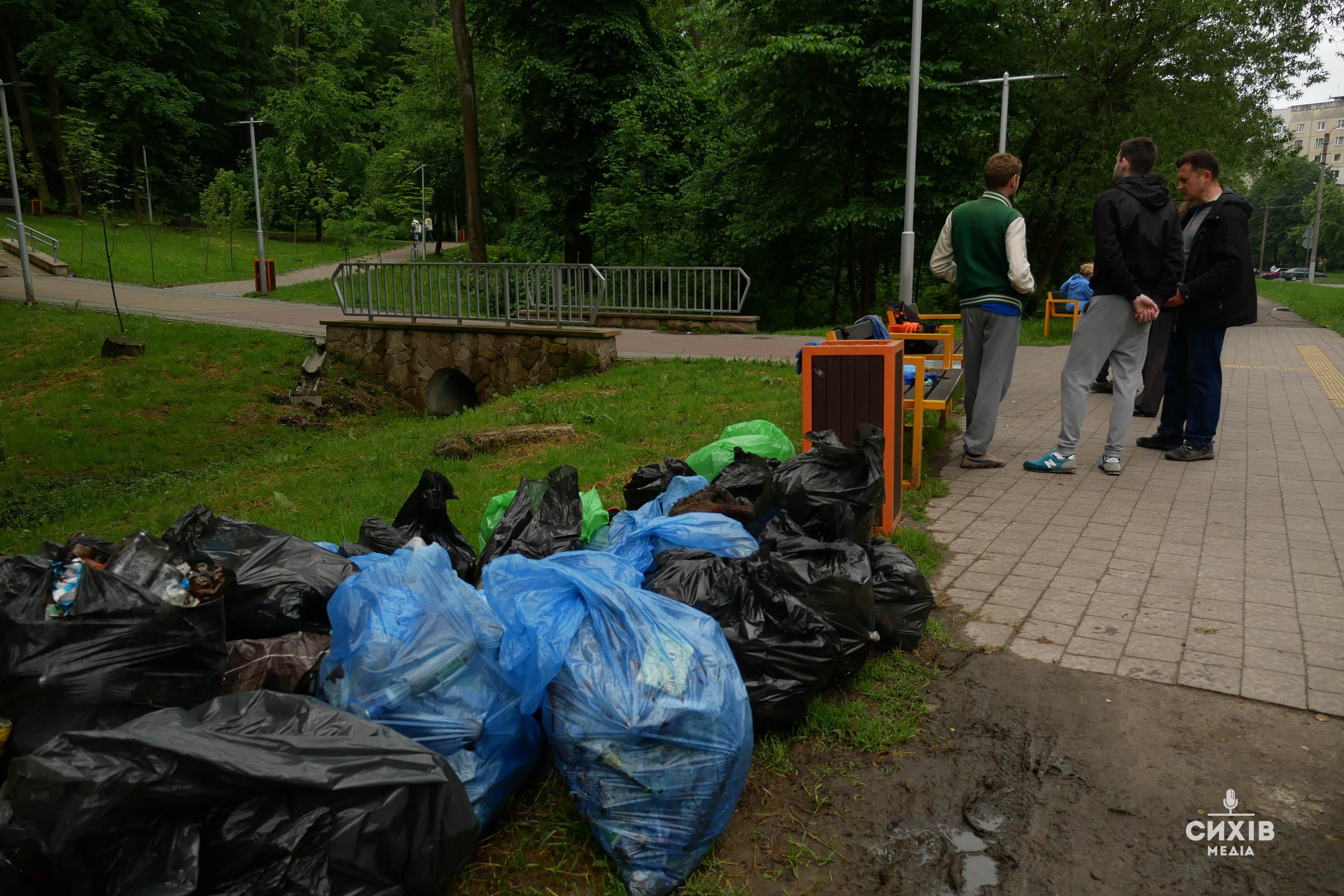 Сихівчани винесли 30 мішків сміття з парку Івана Павла ІІ (фото)