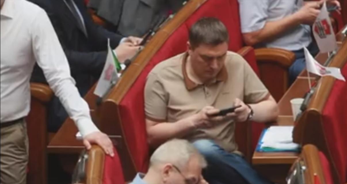 Не кнопкодавством єдиним: нардеп від Сихівського району грав на телефоні під час сесії у Раді