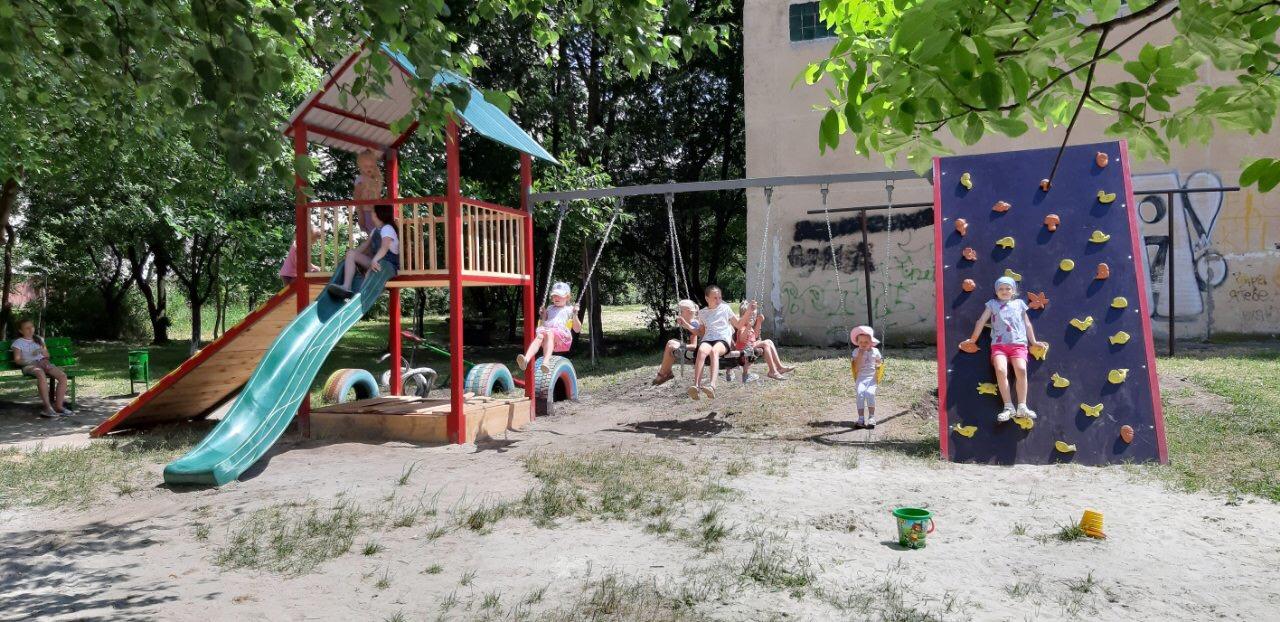 Мешканці вулиці Скрипника власним коштом облаштували дитячий майданчик