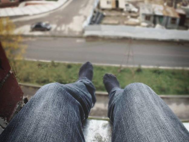 На вул.Хоткевича чоловік хотів вистрибнути з восьмого поверху. Деталі