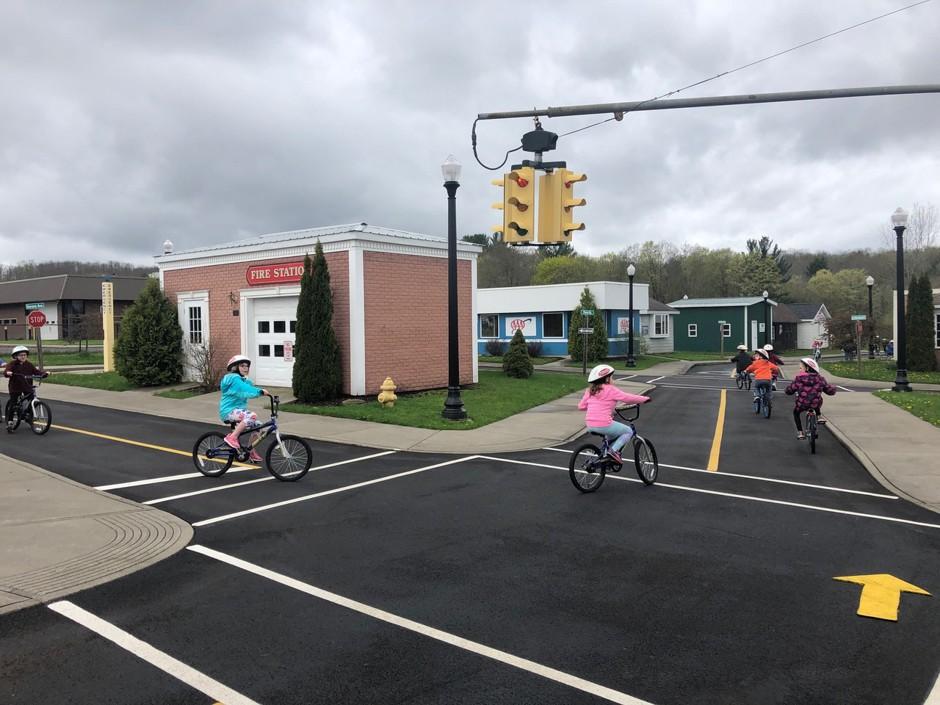 Вулиці в мініатюрі: як діти в Америці вчаться безпеці дорожнього руху в мініатюрних містечках