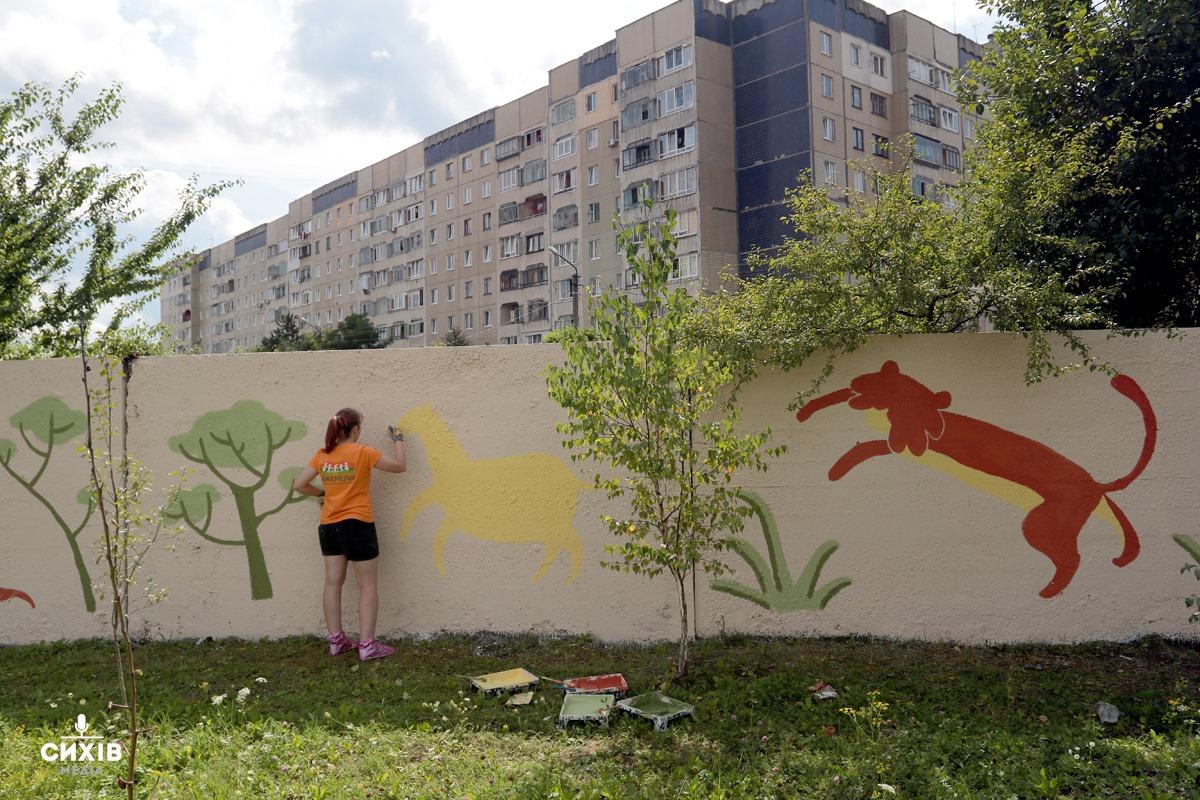 Волонтери розмалювали сірий паркан для діток реабілітаційного центру «Джерело»