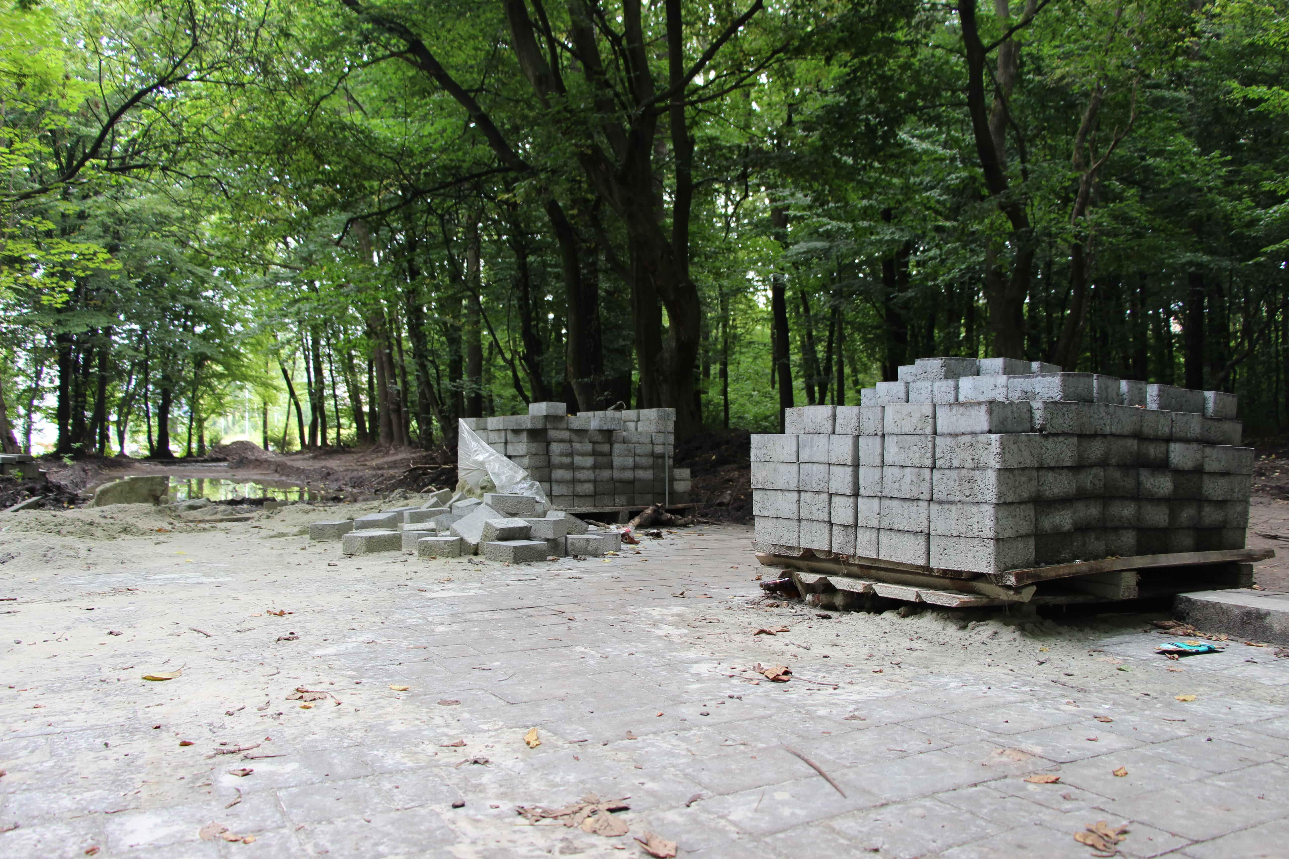 У парку ім. Івана Павла ІІ продовжують облаштовувати пішохідні доріжки