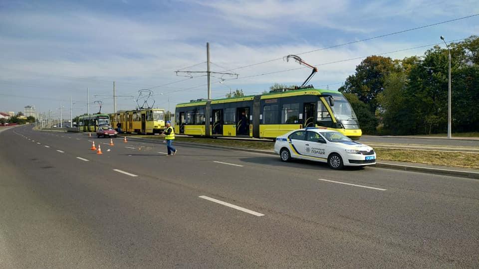 На проспекті Червоної Калини водій трамвая збив чоловіка