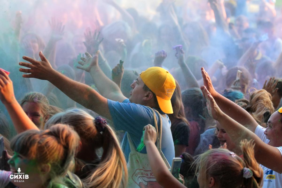 Кольорове свято: На Сихові влаштували битву фарбами (фоторепортаж)