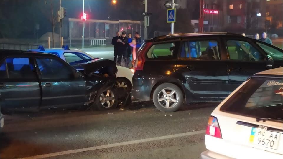 Учора ввечері на проспекті Червоної Калини зіткнулося декілька автомобілів