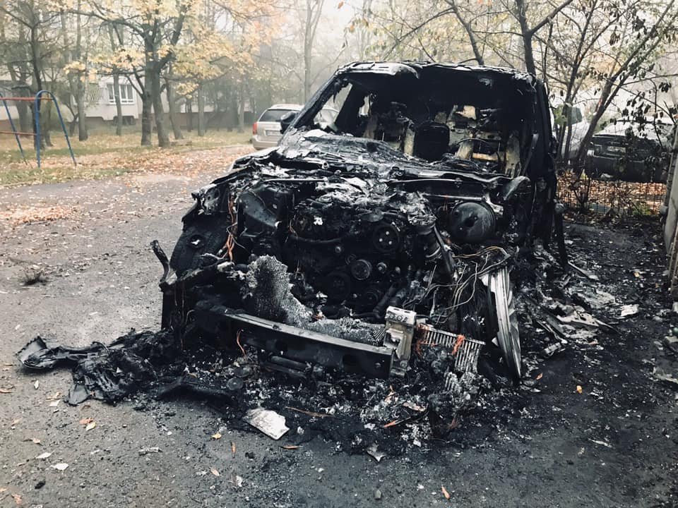 Вночі на вулиці Кос-Анатольського згорів автомобіль марки «Land Rover»