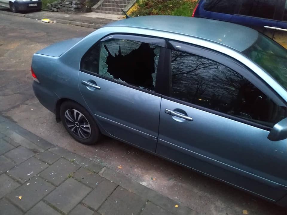 Вночі на Сихові розбили вікна в авто