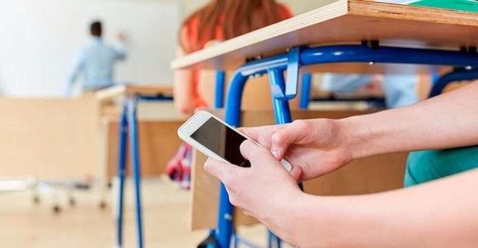 Школярам хочуть заборонити користуватись телефоном на уроках