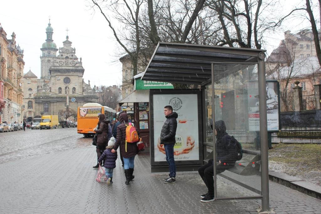 У Львові вимагають встановити захисні стовпи на зупинках громадського транспорту