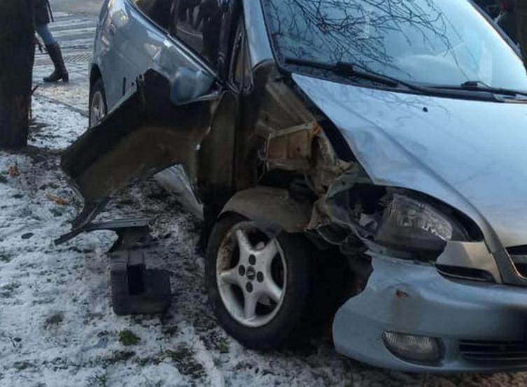 Таксі потрапило у ДТП на вул.Трильовського