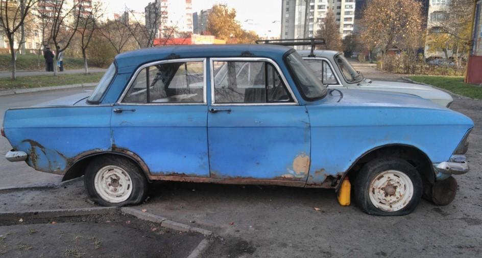 Покинуті автомобілі у місті забиратимуть на штрафмайданчик