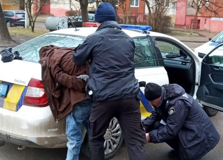 На проспекті Червоної Калини затримали чоловіка, який мав сидіти під домашнім арештом