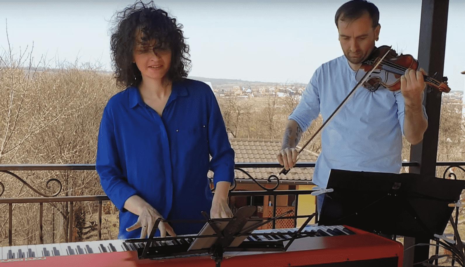 Олександр та Юлія Божики під час карантину записали на балконі кавер на відомий «Dance Monkey» (ВІДЕО)