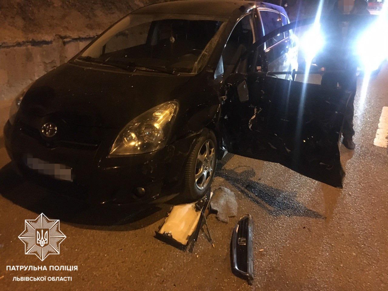 На Сихові водій врізався в припарковане авто та втік з місця ДТП