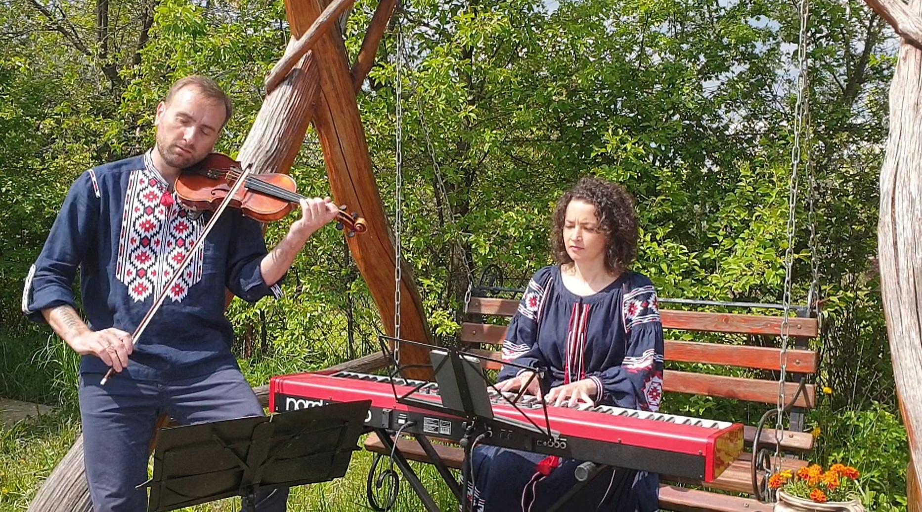 Інструментальний проєкт «Bozhyk Duo» презентував композицію «Чорнобривці» до Дня Матері