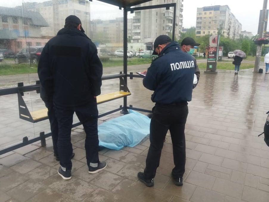 На зупинці громадського транспорту на пр. Червоної Калини помер чоловік