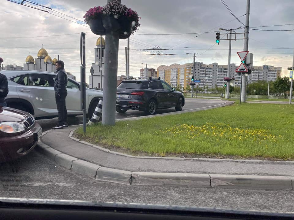 На пр.Червоної Калини вчора одна за одною сталось дві аварії