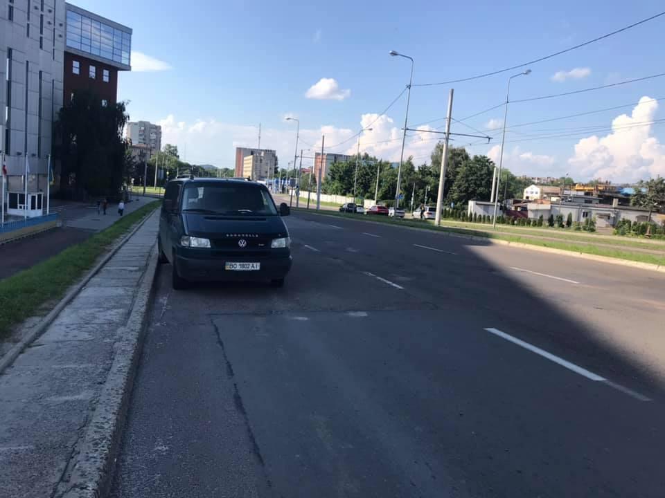 На Сихівському мості уже кілька днів стоїть мікроавтобус