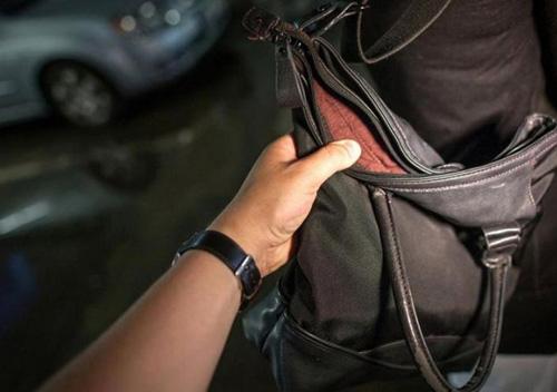 На Сихові затримали чоловіка, який пограбував жінку в автобусі