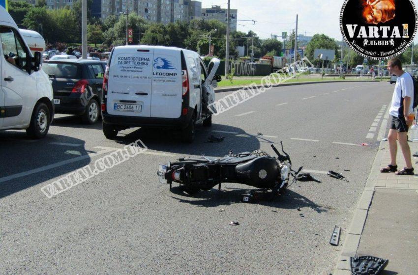 На Сихові зіткнулись авто та мотоцикл