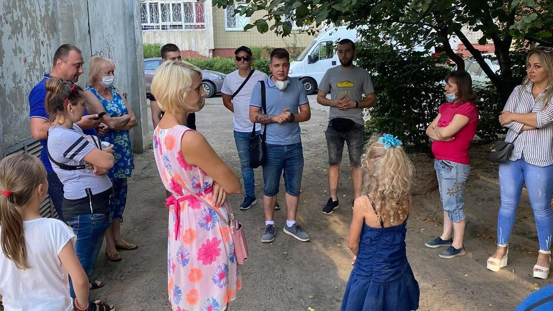 Небайдужі львів'яни провели громадське слухання щодо аварійного спортмайданчика на вул. Скрипника