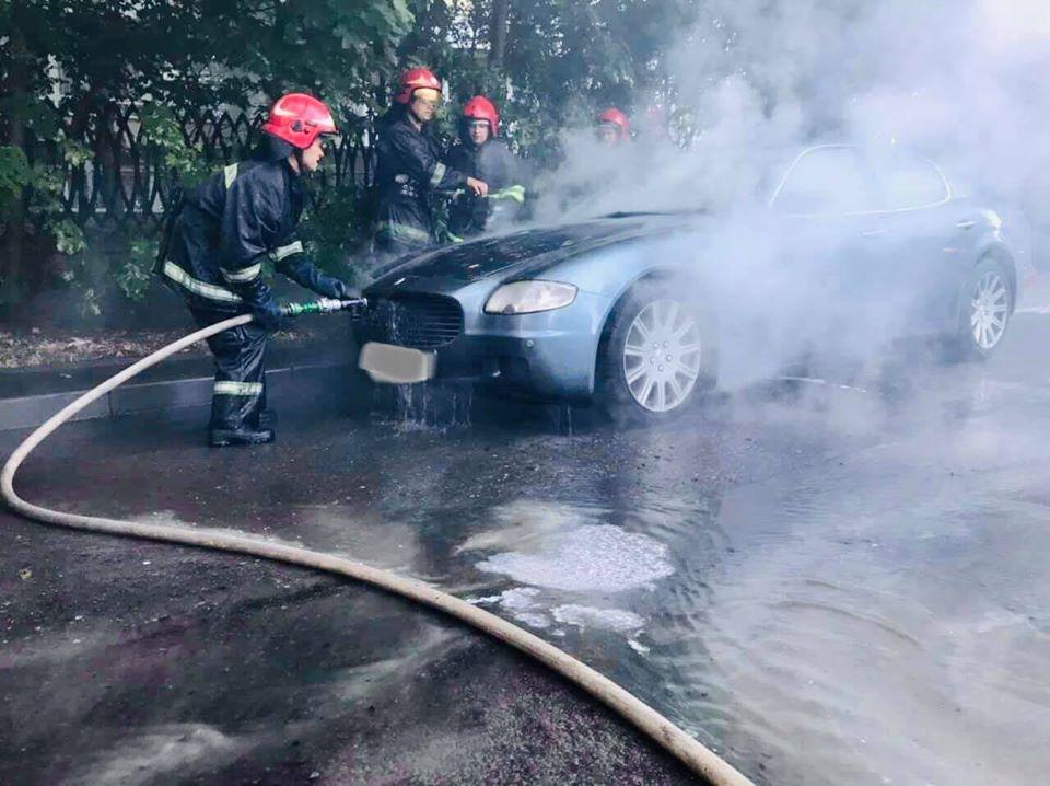 В Сихівському районі загорівся автомобіль марки «Maserati Quattroporte»