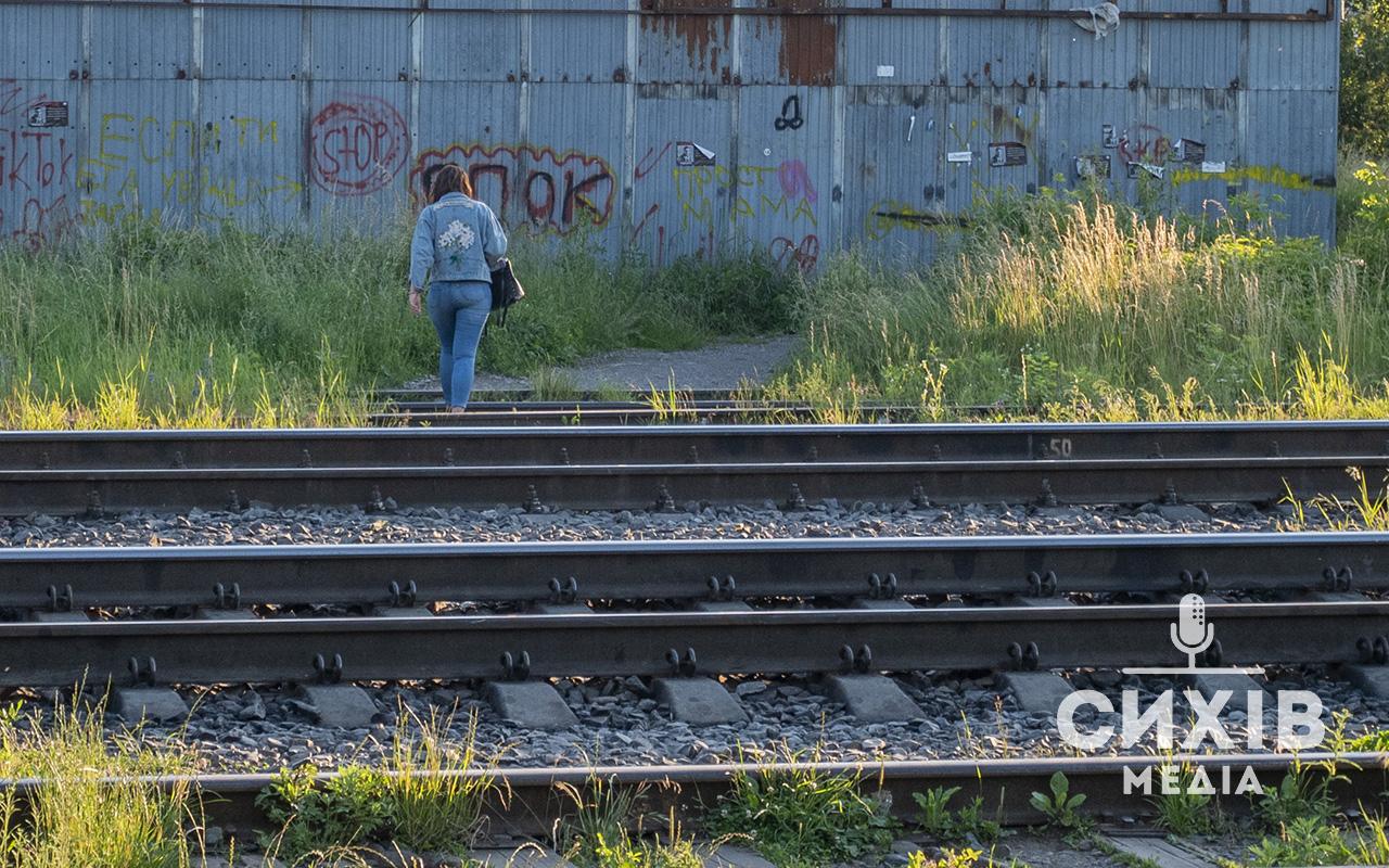 Залізнична колія в місті: небезпека для пішоходів, яку можна оминути