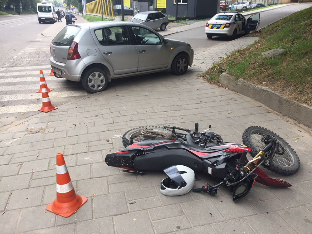 На вул. Стуса зіткнулись автомобіль та мотоцикл