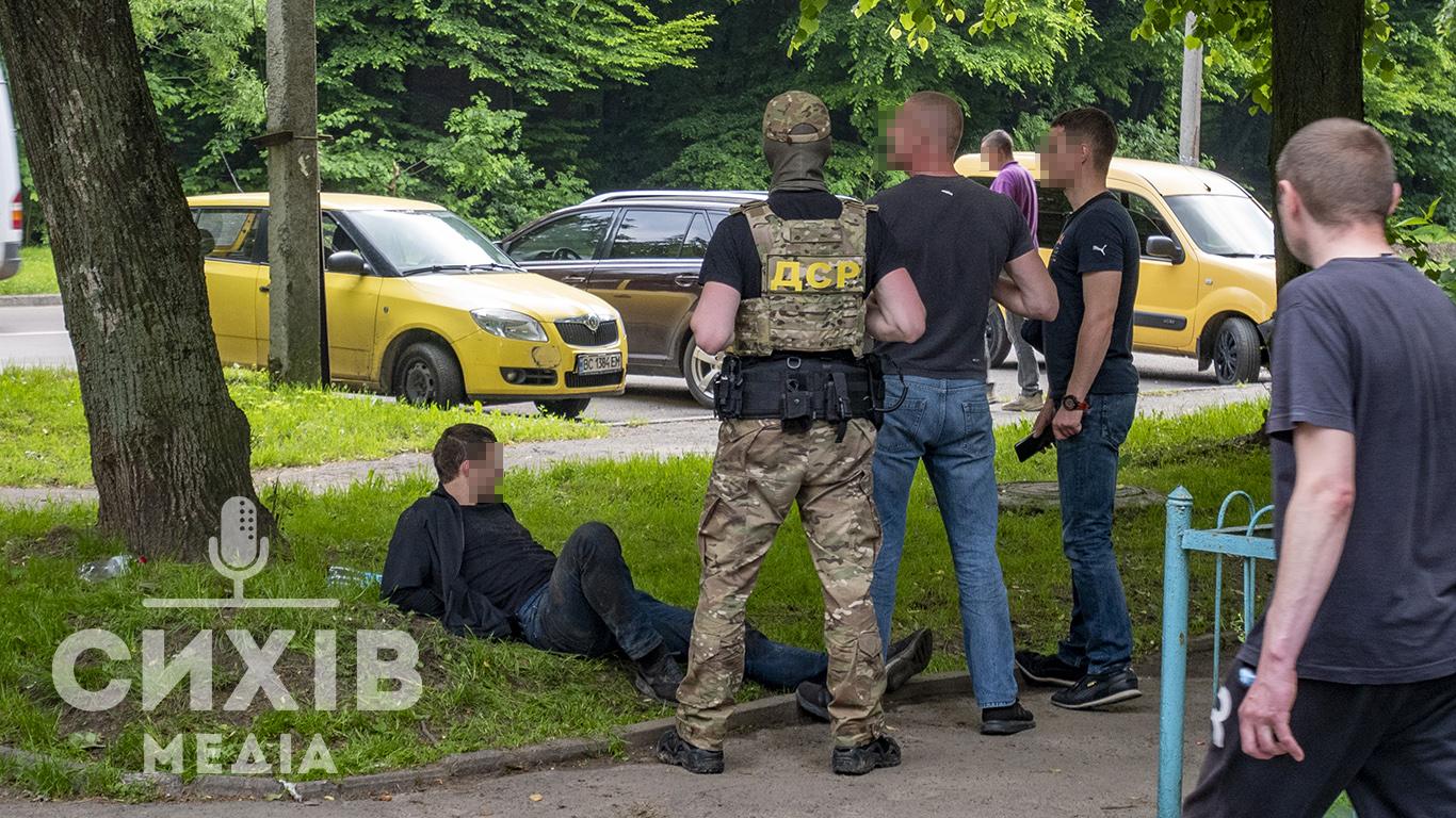 Трьом нападникам на сихівського валютника повідомили про підозру