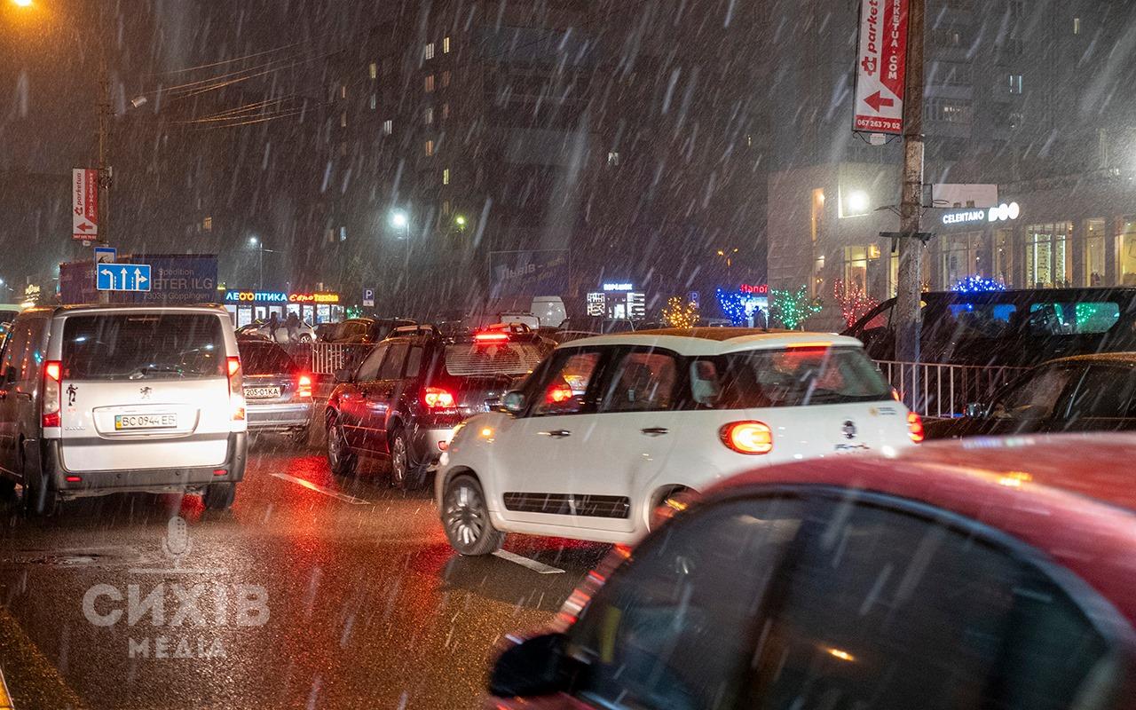 На дорогах Сихівського району працює снігоочисна техніка