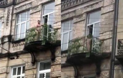 Ексгібіціоніст на балконі поблизу зупинки трамваю №8