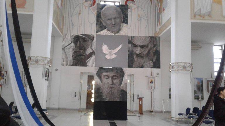 Шприц замість пензлика – унікальне полотно у церкві на Сихові