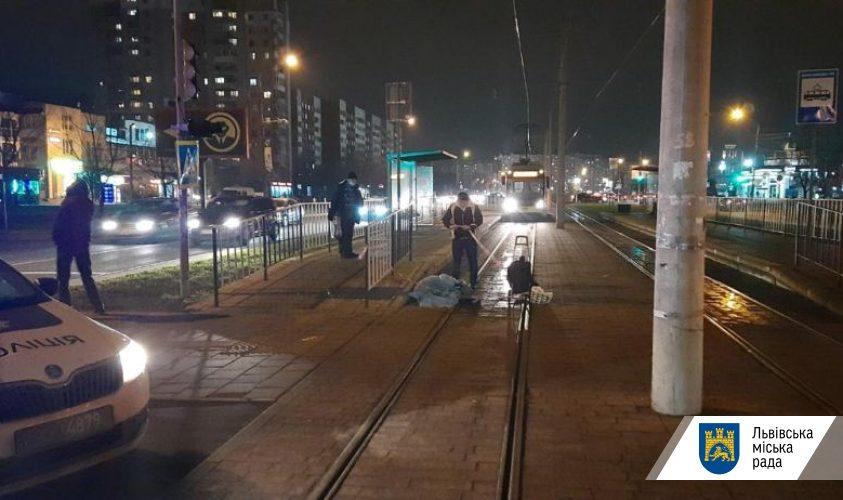 Триває розслідування наїзду трамваю на жінку на Сихові