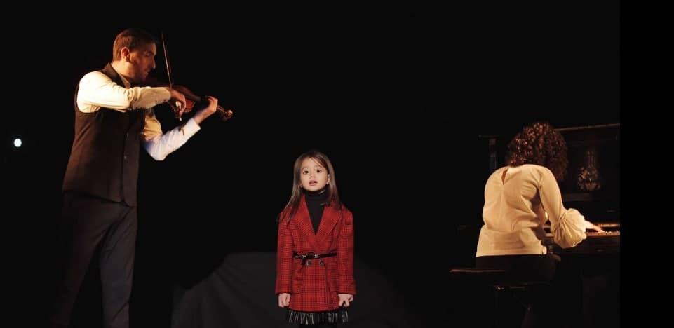 «А жінка буває на осінь так схожа…»: відеоробота Божиків та п'ятирічної Кіри