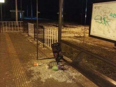 На кінцевій трамвая розтрощили павільйон зупинки