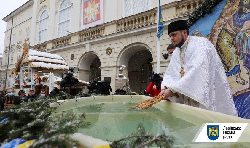 На площі Ринок можна набрати освяченої води